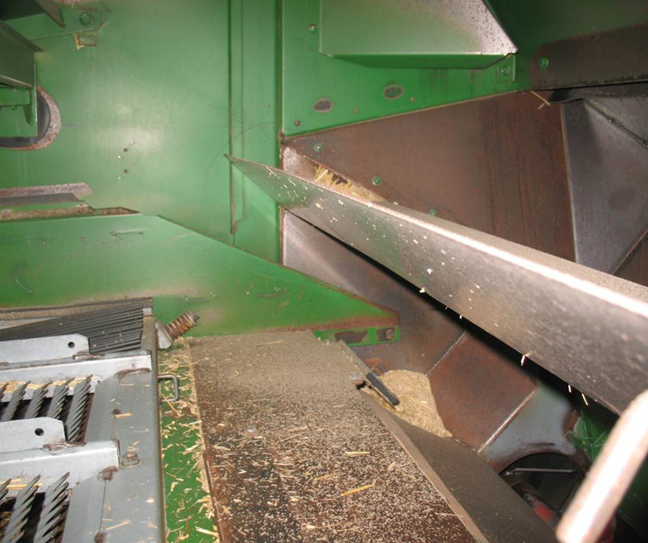 In the back end of the harvester, a separator baffle can be installed to split the air flow from the rotor and the air flow from the sieve. The 20–25 cm high baffle stops the weed seed from being blown over the top of the chaff stream and into the straw spreader.